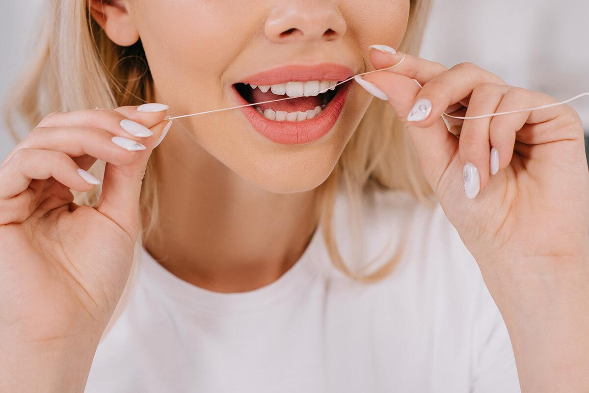 irygator do zębów czy nić dentystyczna obraz