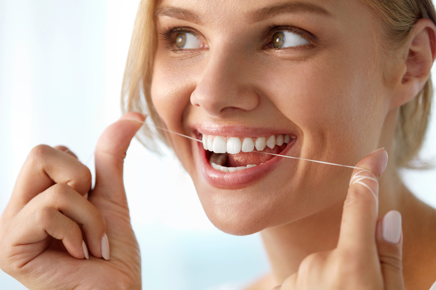 jak nitkować zęby obraz 1