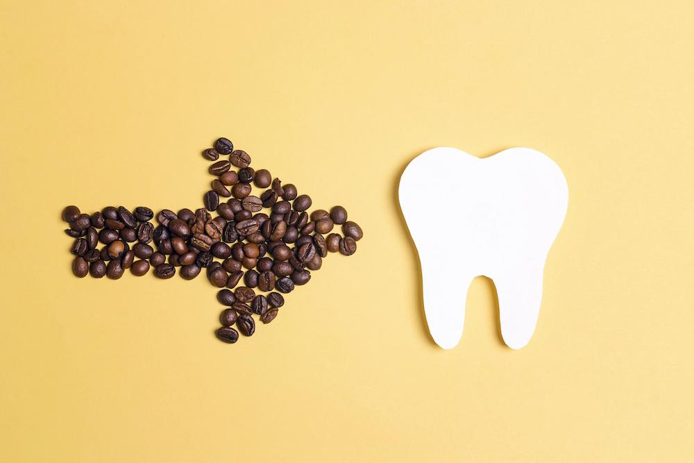 wpływ kawy na zęby obraz 1