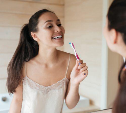 nadmierne szczotkowanie zębów obraz